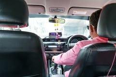 BANGUECOQUE TAILÂNDIA - SETEMBRO 09,2017: A imagem do passageiro que senta-se no assento do passageiro traseiro no táxi Viagem em Fotografia de Stock Royalty Free