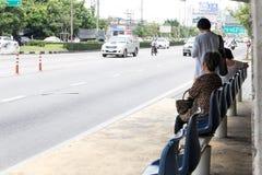BANGUECOQUE TAILÂNDIA - SETEMBRO 09,2017: O ` s dos povos que espera o ônibus na parada do ônibus em Banguecoque Tailândia Fotografia de Stock