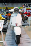 BANGUECOQUE TAILÂNDIA - 23 DE AGOSTO DE 2014: Motocicleta da mostra da sprint de Piaggio do Vespa na venda grande do motor, Bitec Foto de Stock Royalty Free