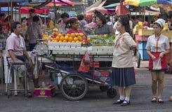 BANGUECOQUE, TAILÂNDIA 10 de novembro: Uma cena típica da rua em Banguecoque Fotografia de Stock Royalty Free