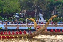 BANGUECOQUE, TAILÂNDIA - NOVEMBRO 6: Barca real tailandesa Fotos de Stock Royalty Free