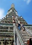 Banguecoque, Tailândia: Turistas que escalam Wat Arun Foto de Stock