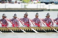 BANGUECOQUE, THAILAND-NO VEMBER 9: A barca decorada desfila após o palácio grande em Chao Phraya River durante a fritada o ceremo Imagem de Stock