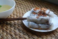 Banh豺属越南蒸的米滚动与碗陪同的肉末里面鱼子酱 免版税库存照片