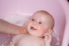 Banhando o bebê Foto de Stock