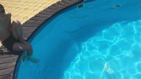 Banhe na água da associação crianças menino e natação da menina nas crianças a associação que joga o vídeo de movimento lento filme