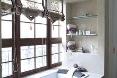 Banheira ao lado da janela imagens de stock royalty free