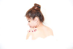 Banheira de apreciação modelo da mulher do banho com espuma do banho Imagens de Stock