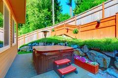 Banheira de hidromassagem exterior no pátio traseiro Foto de Stock Royalty Free
