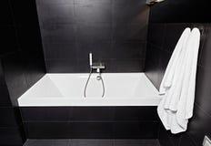 Banheira do quadrado branco no banheiro moderno Imagem de Stock