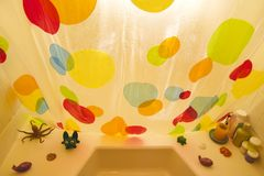 Banheira e cortina de chuveiro. Fotografia de Stock Royalty Free