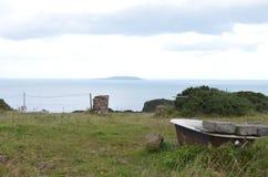 Banheira em um campo rural pela costa de mar em Howth, Irlanda foto de stock