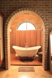 Banheira no banheiro imagem de stock
