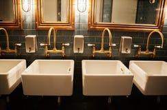 Banheiro à moda no restaurante imagem de stock