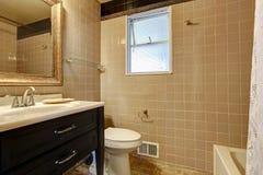 Banheiro bege com um armário preto da bacia Foto de Stock Royalty Free