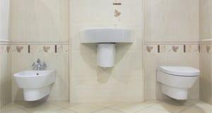 Banheiro bege moderno Fotos de Stock