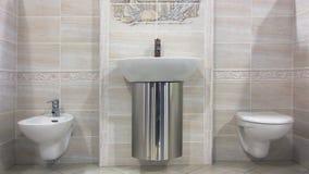 Banheiro bege moderno Fotografia de Stock Royalty Free