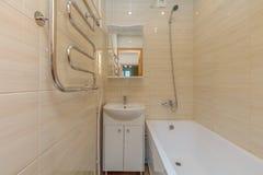 Banheiro bege pequeno Imagem de Stock