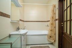 Banheiro bege pequeno Foto de Stock Royalty Free