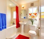 Banheiro bonito branco e vermelho moderno. Fotos de Stock Royalty Free