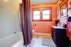 Banheiro branco e alaranjado acolhedor Foto de Stock