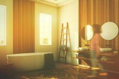 Banheiro branco e de madeira, menina branca do lado da cuba Fotos de Stock Royalty Free