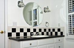 Banheiro branco pequeno Imagem de Stock Royalty Free