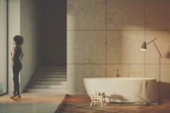 Banheiro cinzento com as escadas tonificadas Foto de Stock
