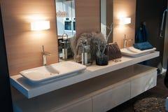 Banheiro clássico moderno bonito na HOME nova luxuosa fotografia de stock