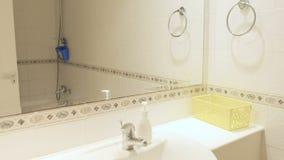 Banheiro claro à moda pequeno filme
