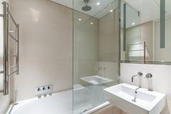 Banheiro claro com telhas do arenito fotos de stock royalty free