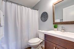 Banheiro claro compacto com as paredes cinzentas macias imagens de stock royalty free