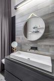 Banheiro com bacia da bancada Fotos de Stock