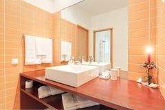 Banheiro com bacia de lavagem. Fotos de Stock Royalty Free