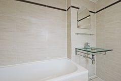 Banheiro com a bacia de lavagem de vidro da mão Foto de Stock Royalty Free