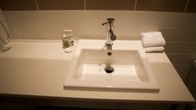 Banheiro com bacia de lavagem, HOME relativa fotografia de stock