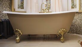 Banheiro com banheira antiquado imagens de stock
