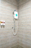 Banheiro com cabeça e aquecedor de água de chuveiro Imagens de Stock