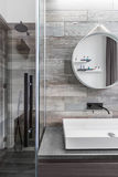 Banheiro com caminhada no chuveiro Fotos de Stock Royalty Free