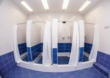 Banheiro com chuveiro com cabines Imagens de Stock