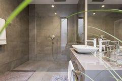 Banheiro com chuveiro espaçoso imagens de stock