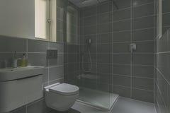 Banheiro com chuveiro moderna fotos de stock