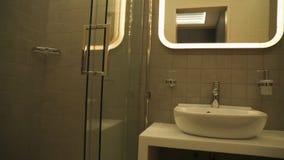 Banheiro com chuveiro moderna fotografia de stock