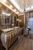 Banheiro com dissipador dobro imagens de stock