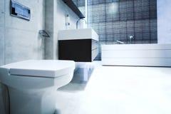 Banheiro com espelho e bandeja Imagens de Stock Royalty Free