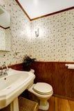 Banheiro com guarnição da madeira e do papel de parede Fotografia de Stock