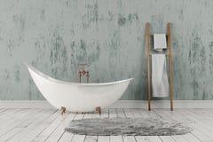 Banheiro com tapete e toalhas, assoalho de madeira e parede áspera Imagem de Stock