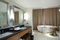 Banheiro confortável moderno imagens de stock royalty free