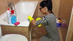 Banheiro da limpeza da mulher video estoque