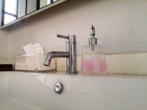 Banheiro de lavagem das mãos Bacia de lavagem Fotos de Stock